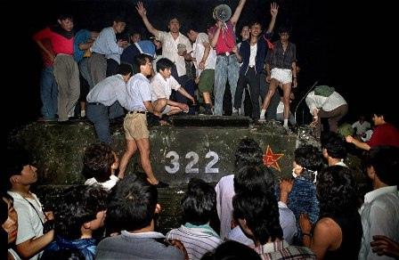Tiananmen Estudiantes Chinos inmovilizando un tanque durante las protestas de la Plaza de Tiananmen. Junio 1989 por ti.